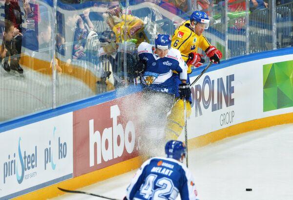 Форвард сборной Финляндии Кристиан Куусела (слева) и защитник сборной Швеции Патрик Херсли