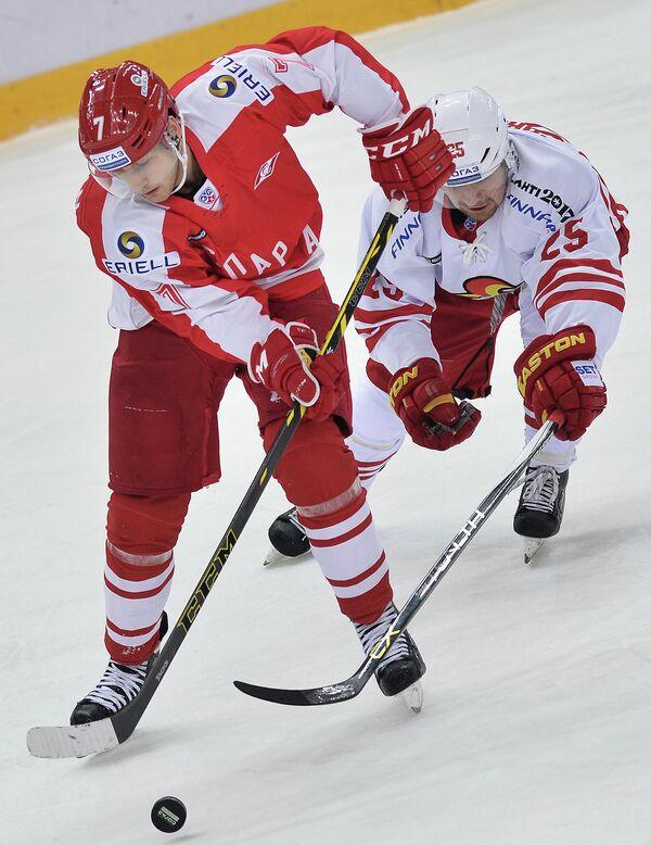 Форварды Спартака Кейси Уэллмэн (слева) и Йокерита Пекка Йормакка