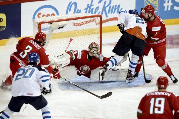 Игровой момент матча молодежных сборных Белоруссии и Финляндии на чемпионате мира по хоккею