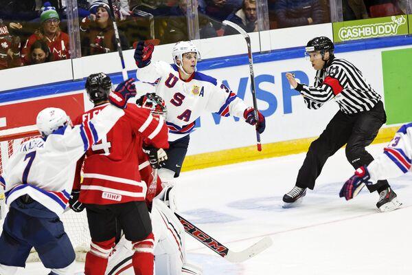 Игровой момент молодежных сборных Канады и США по хоккею на чемпионате мира