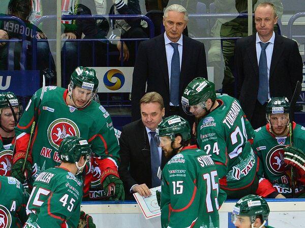 Главный тренер Ак Барса Зинэтула Билялетдинов (слева в верхнем ряду)
