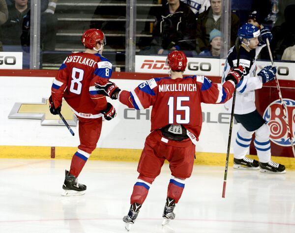 Хоккеисты молодежной сборной России Андрей Светлаков и Александр Микулович (слева направо) радуются заброшенной шайбе
