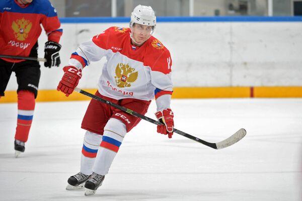 Президент РФ Владимир Путин провел тренировку по хоккею в Сочи