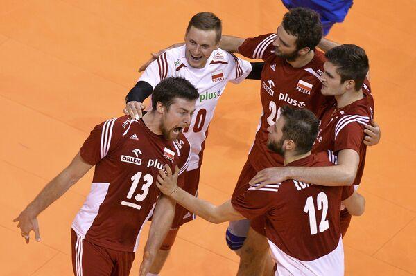 Волейболисты сборной Польши Михал Кубяк, Дамьян Войташек, Матеуш Мика, Кароль Клос, Гжегож Ломач (слева направо)