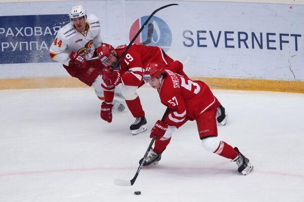 Защитник Йокерита Йеспер Йенсен и игроки Витязя Игорь Мусатов и Артём Швец-Роговой (слева направо)
