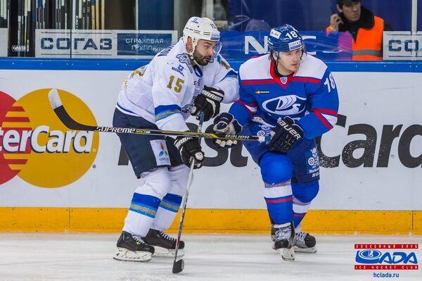 Форвард ХК Лада Георгий Белоусов (справа)