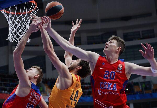 Форварды ПБК ЦСКА Иван Лазарев (слева) и Андрей Воронцевич (справа), центровой БК Барселона Анте Томич