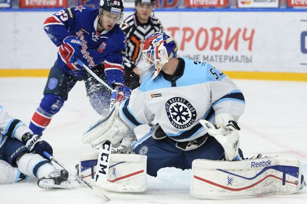 Форвард СКА Евгений Дадонов (слева) и вратарь Сибири Александр Салак