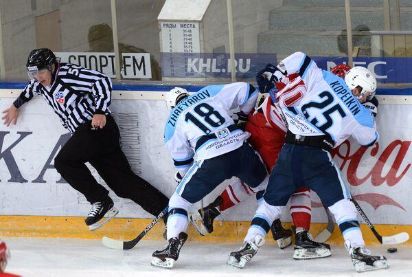 Нападающий Сибири Дамир Жафяров (второй слева), форвард Спартака Игорь Левицкий (второй справа) и нападающий Сибири Алексей Копейкин (справа)