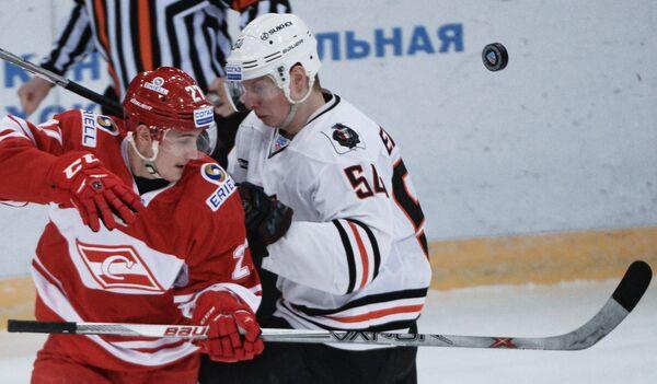 Форвард Спартака Вячеслав Лещенко (слева) и защитник Амура Никита Черепанов
