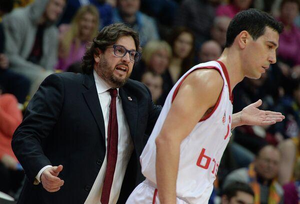 Главный тренер БК Брозе Баскетс Андреа Тринкьери (слева) и защитник БК Брозе Баскетс Никос Зисис