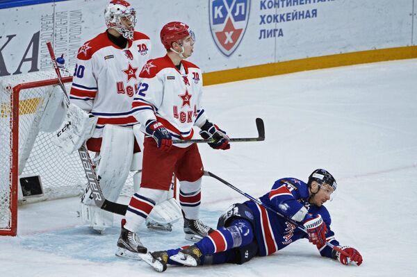 Вратарь ЦСКА Илья Сорокин, защитник СКА Кирилл Воробьёв и форвард СКА Илья Ковальчук (слева направо)