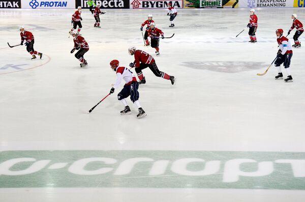 Игроки сборных Латвии и Норвегии в матче группового этапа чемпионата мира по хоккею с мячом
