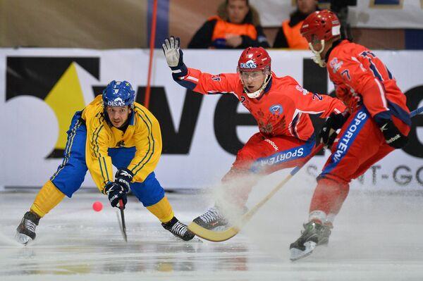 Игроки сборной Швеции по хоккею с мячом Ханс Андерссон и сборной России Юрий Викулин и Сергей Ломанов (слева направо)