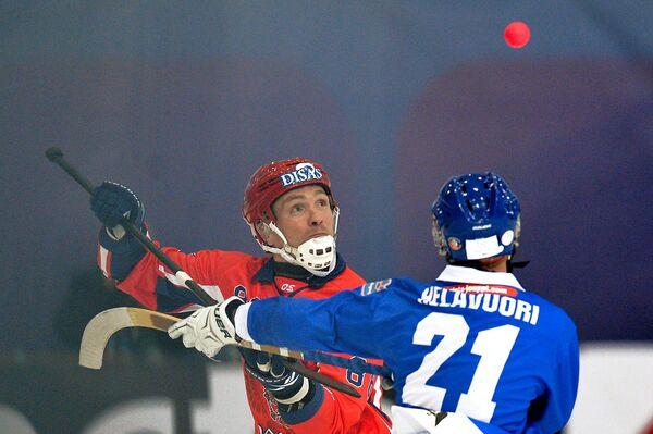 Игрок России Евгений Иванушкин (слева) и игрок Финляндии Самули Хелавуори