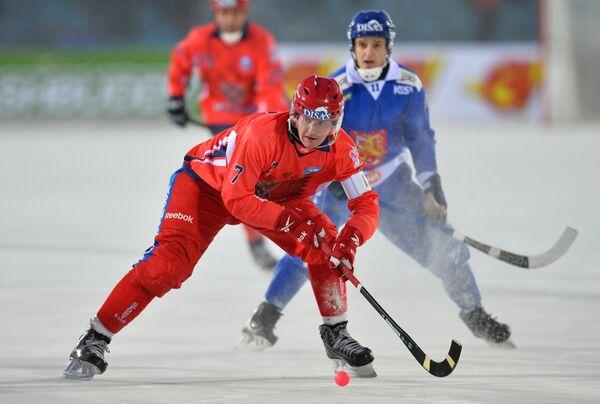 Игрок сборной России Сергей Ломанов (слева)