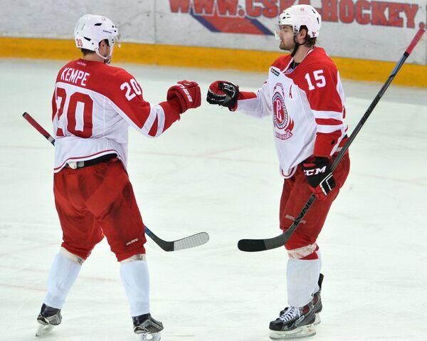 Хоккеисты Витязя Марио Кемпе (слева) и Роман Хорак