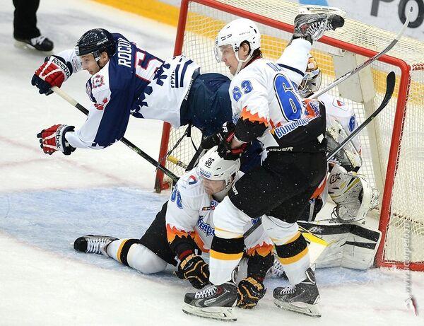 Игровой момент матча КХЛ между нижегородским Торпедо и череповецкой Северсталью