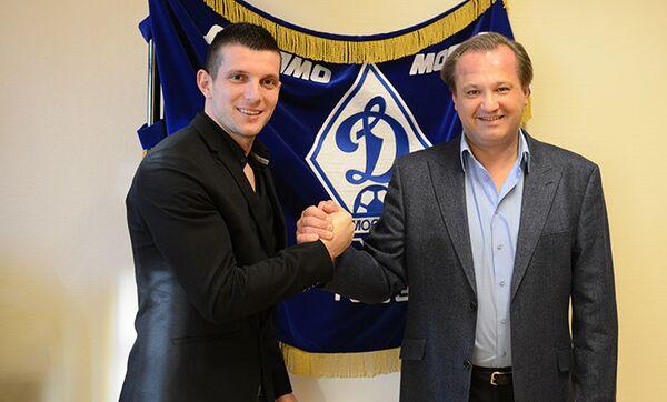 Защитник московского ФК Динамо Себастьян Хольмен (слева)