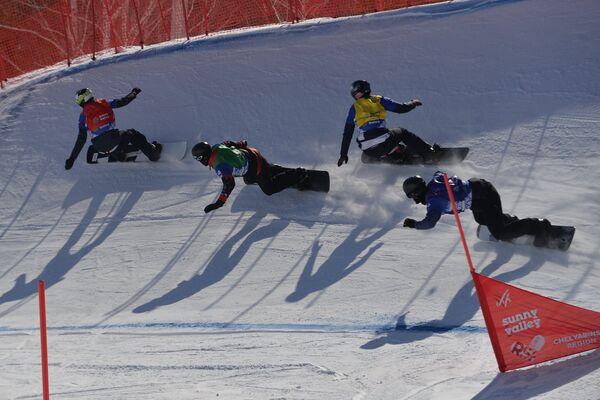Участники на трассе в дисциплине Сноуборд-Кросс на этапе Кубка мира по сноуборду в Миассе