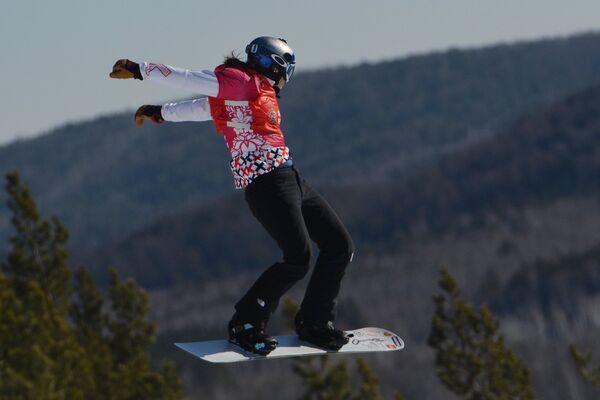 Участница на трассе в дисциплине сноуборд-кросс среди женщин на этапе Кубка мира по сноуборду в Миассе