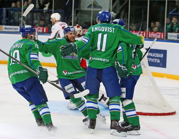 Хоккеисты Салавата Юлаева Александр Логинов, Линус Умарк, Андреас Энгквист и Игорь Григоренко (слева направо)