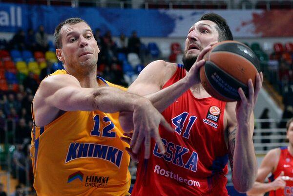 Форвард БК Химки Сергей Моня (слева) и форвард ПБК ЦСКА Никита Курбанов