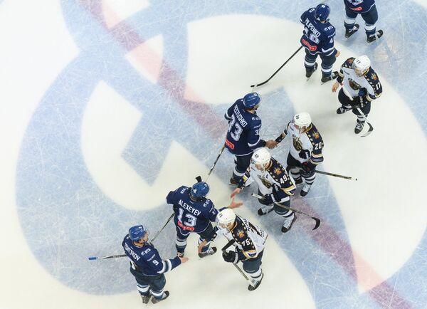 Игроки команд Динамо и Сочи приветствуют друг друга после окончания матча
