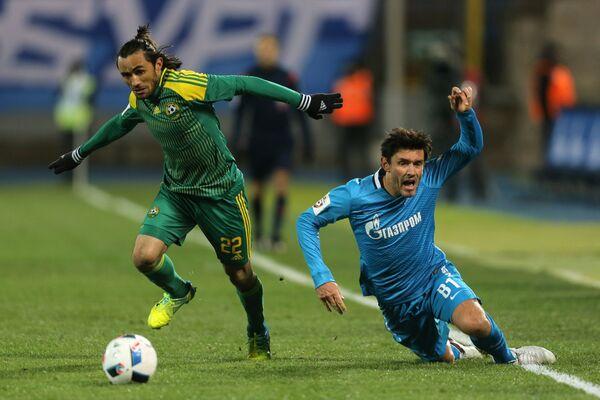Защитник Кубани Аподи и полузащитник Зенита Юрий Жирков (справа)