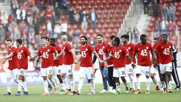 Игроки Олимпиакоса радуются победе в чемпионате Греции по футболу