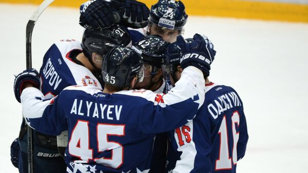 Хоккеисты Торпедо, на первом плане - Артем Аляев