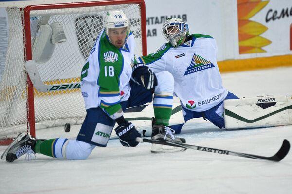 Защитник Салавата Юлаева Сами Лепистё (слева) и вратарь Салавата Юлаева Никлас Сведберг