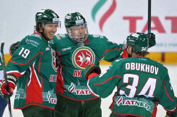 Защитник Ак Барса Райан Уилсон и форварды Денис Голубев и Дмитрий Обухов (слева направо)