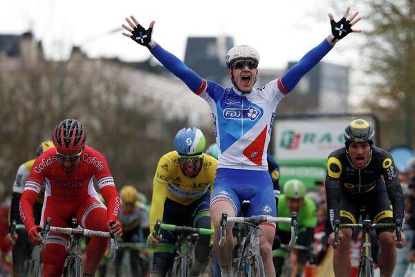 Арно Демар финиширует на 1-м этапе велогонки Мирового тура Париж — Ницца