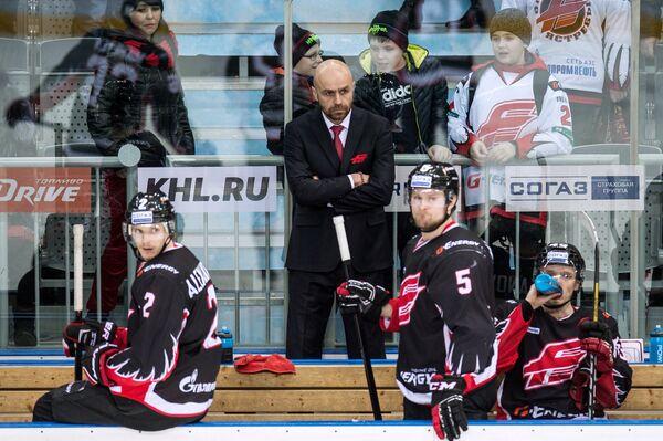 Главный тренер ХК Авангард Евгений Корноухов (в центре)