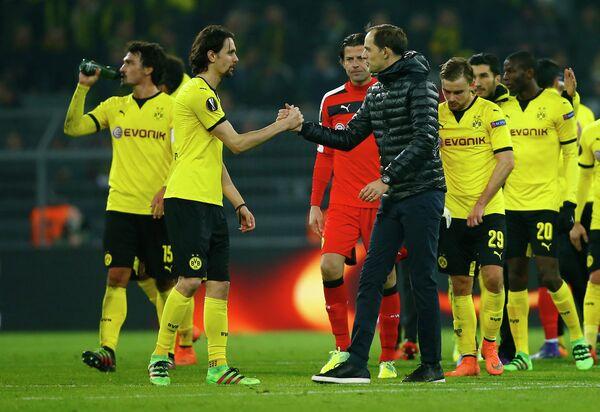 Футболисты дортмундской Боруссии и главный тренер команды Томас Тухель (в черном)
