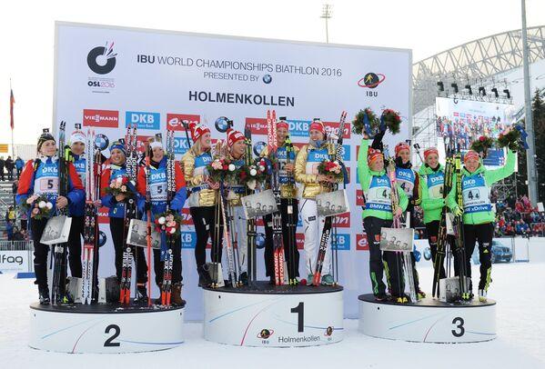 Спортсменки сборной Франции по биатлону, спортсменки сборной Норвегии и спортсменки сборной Германии (слева направо)