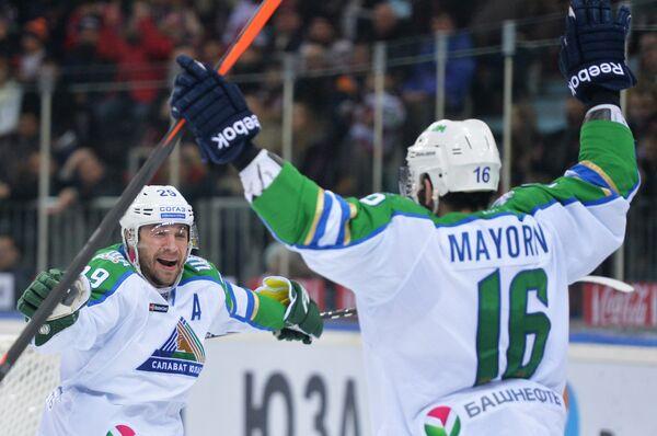 Денис Хлыстов (слева) и Максим Майоров радуются заброшенной шайбе