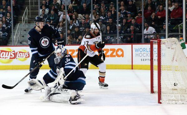 Игровой момент матча НХЛ между Ванкувером и Анахаймом