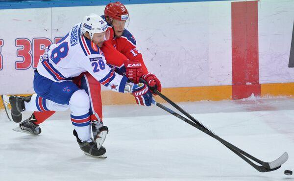 Защитник ХК СКА Андрей Зубарев (слева) и форвард ПХК ЦСКА Сергей Андронов