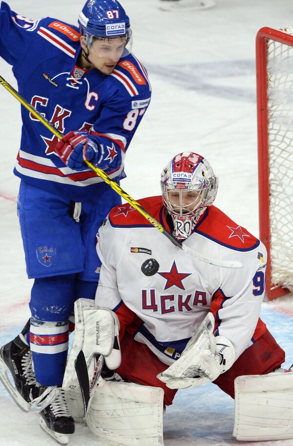 Форвард СКА Вадим Шипачёв и вратарь ЦСКА Илья Сорокин (слева направо)