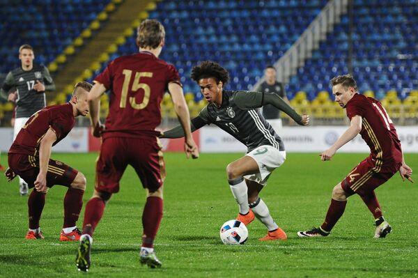 Полузащитник молодежной сборной России Дмитрий Ефремов и полузащитник молодежной сборной Германии Лерой Зане (справа налево)