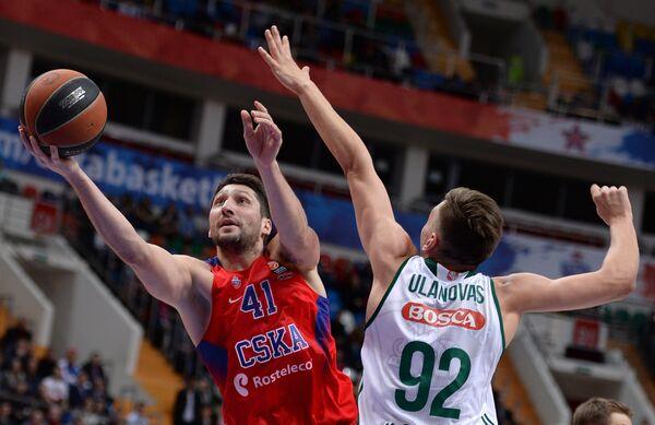 Форварды ПБК ЦСКА Никита Курбанов (слева) и БК Жальгирис Эдгарас Улановас