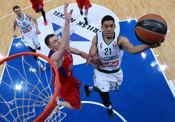 Защитники ПБК ЦСКА Виталий Фридзон (слева на первом плане) и БК Жальгирис Оливье Хэнлан (справа)