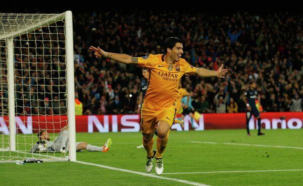 Нападающий Барселоны Луис Суарес радуется своему второму забитому мячу