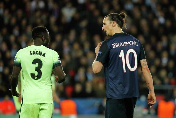 Защитник Манчестер Сити Бакари Санья и нападающий Пари Сен-Жермен Златан Ибрагимович (слева направо)