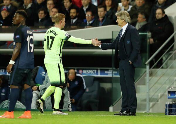 Полузащитник Манчестер Сити Кевин Де Брёйне и главный тренер горожан Мануэль Пеллегрини (справа)