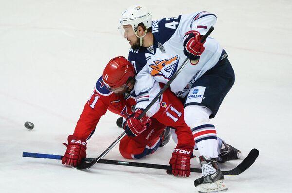 Форварды ЦСКА Сергей Андронов (слева) и Металлурга Ян Коварж