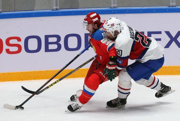 Форвард сборной России Артем Лукоянов (слева) и нападающий сборной Норвегии Андерс Бастиансен