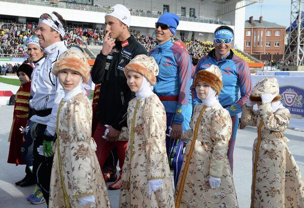 Российские лыжники Евгений Белов и Александр Легков (справа налево)